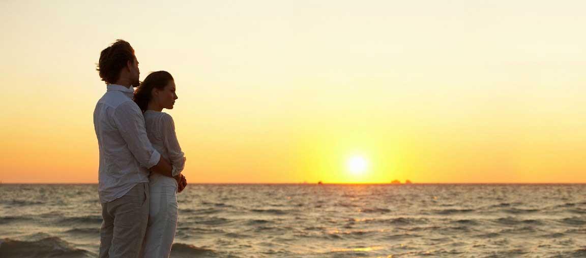 amoureux face au soleil sur la plage