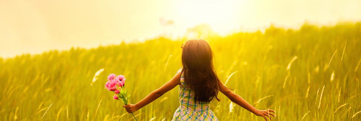 fille dans les champs avec soleil