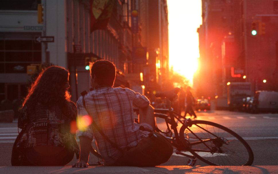 amoureux assis devant le coucher du soleil