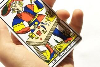 mains avec carte de tarot de marseille